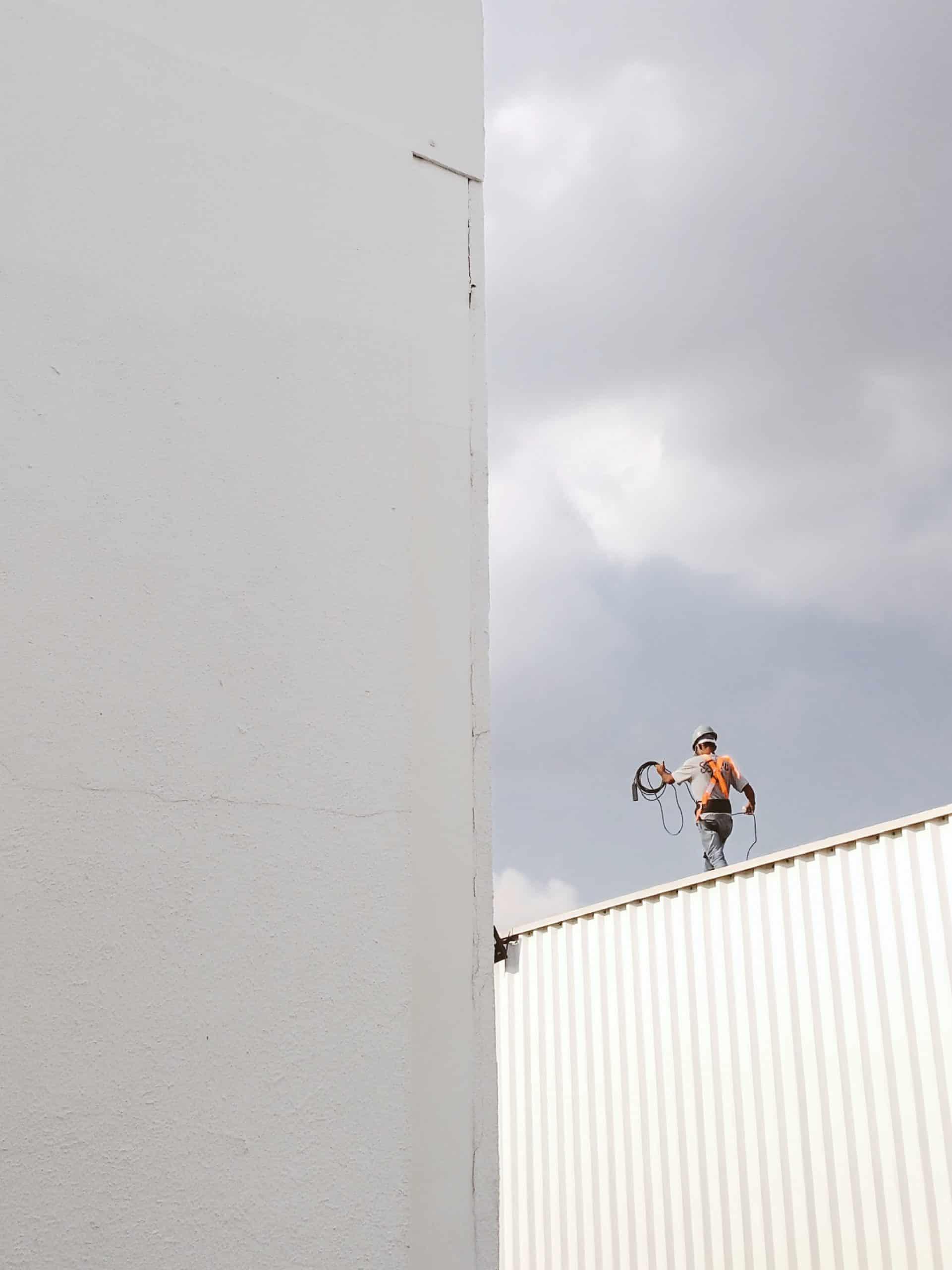 צביעת בניין מבחוץ בעבודות סנפלינג